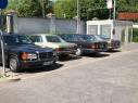 vier von zehn(?) Autos